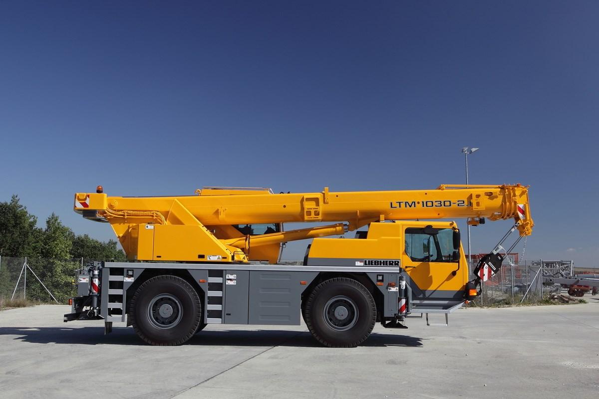 Jeřáb Liebherr LTM 1030-2 zprava